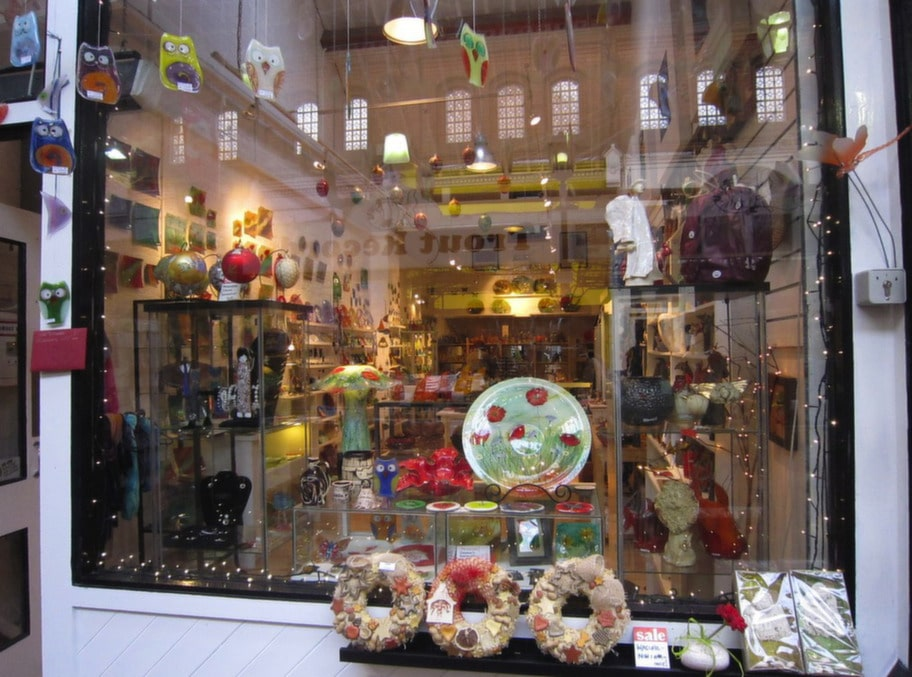 """UNIQUE JEWELLERY & GIFTS<br><strong>Lekfulla föremål</strong><br>Unique jewellery & gifts är en butik med hand-målade glaskonstverk, tallrikar, prydnadsföremål med mera. Utbudet går i en somrig stil med mycket natur och blommiga motiv. Här finns också handmålade smycken. En perfekt presentbutik.<br><span style=""""text-decoration: underline;"""">26, Georges street arcade South great Georges street uniqueshop.ie</span>"""