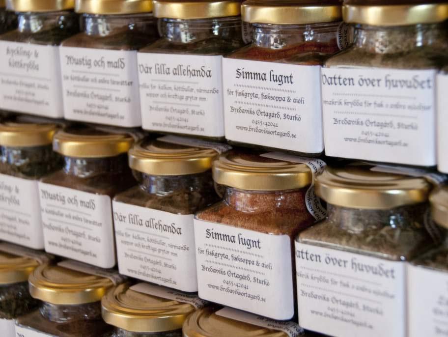 Kryddorna doftar ljuvligt på Bredaviks örtagård på Sturkö.