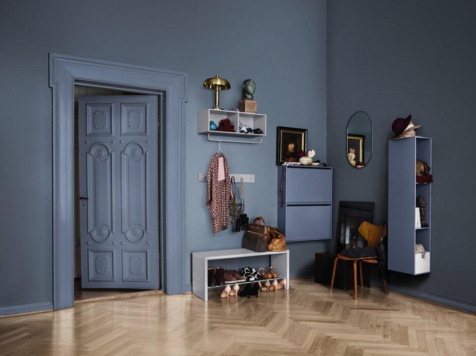 Montanas förvaringssystem för hallen går att kombinera i oändlighet och här finns flera praktiska möbler för hallen, bland annat ett skoskåp. Möblerna går att få i många olika färger och innehåller 36 moduler.