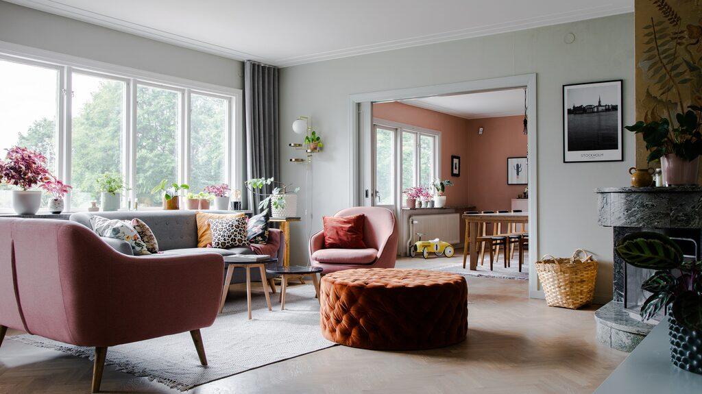 Breda dörröppningar mellan vardagsrum och matsal gör att intilliggande rumsfärger syns och ger effekt även på håll.
