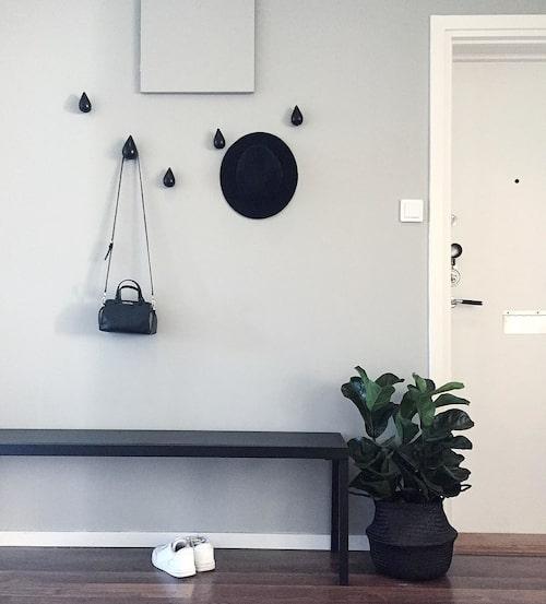 Hallen är minimalistiskt inredd och kännetecknas av de raka linjerna.