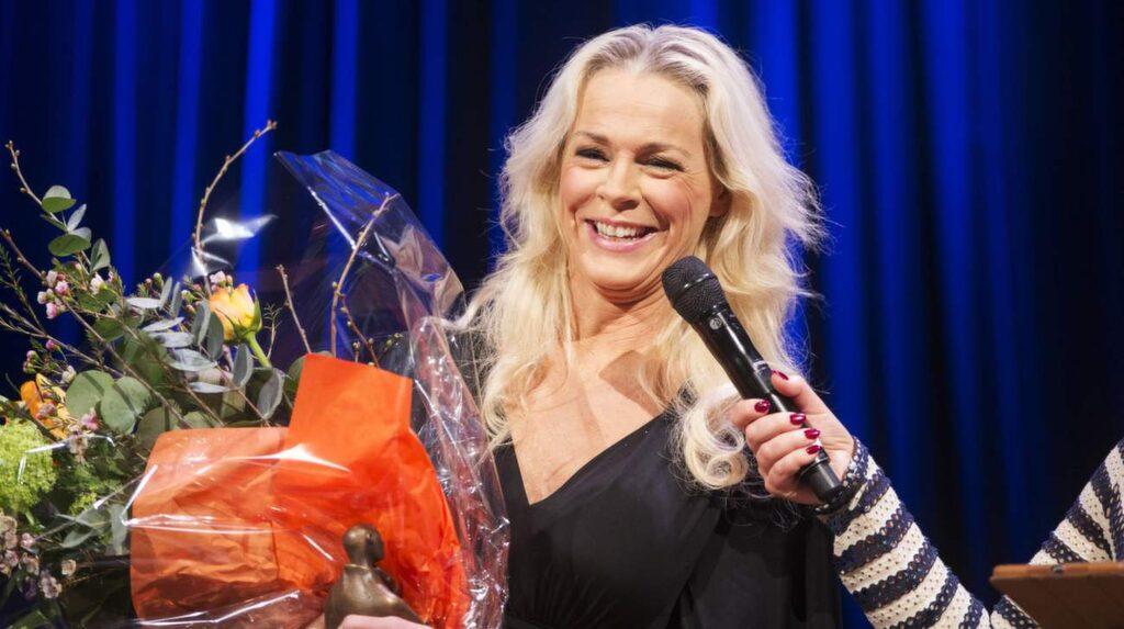 """Prisad. Malena tilldelades Expressens kulturpris tidigare i år. I motiveringen lyder bland annat: """"På operascener, konsertestrader och debattens barrikader gör Malena Ernman sin stämma hörd""""."""