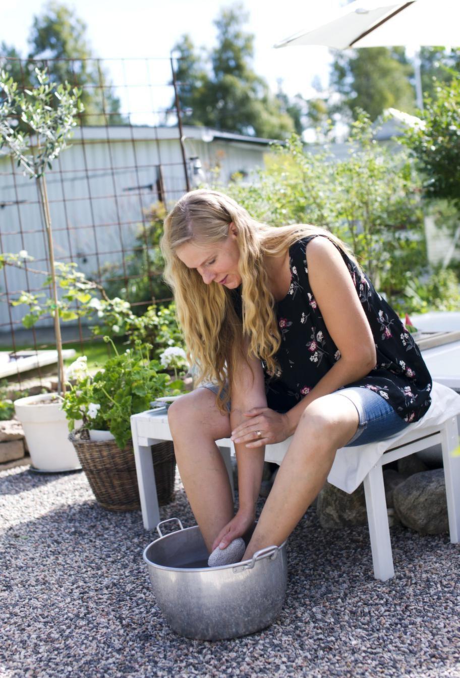 Fotskönt. Ha gärna en pimpsten till hands i ditt utespa. Naturlig fotvård i den egna trädgården. Kan det bli bättre?