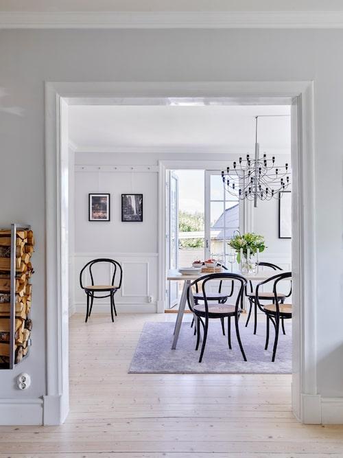Sofia och Uffe har försökt att ge 1920-talshuset sin charm tillbaka och har plockat fram de gamla trägolven, slipat och behandlat dem med olja och lack med vit färg i, och byggt vackra spegelpaneler och listverk i samma stil. Stolar Thonet, Confident Living. Lampa Sarfatti, Flos. Vedställ och matbord är egentillverkat. Matta, Mio.