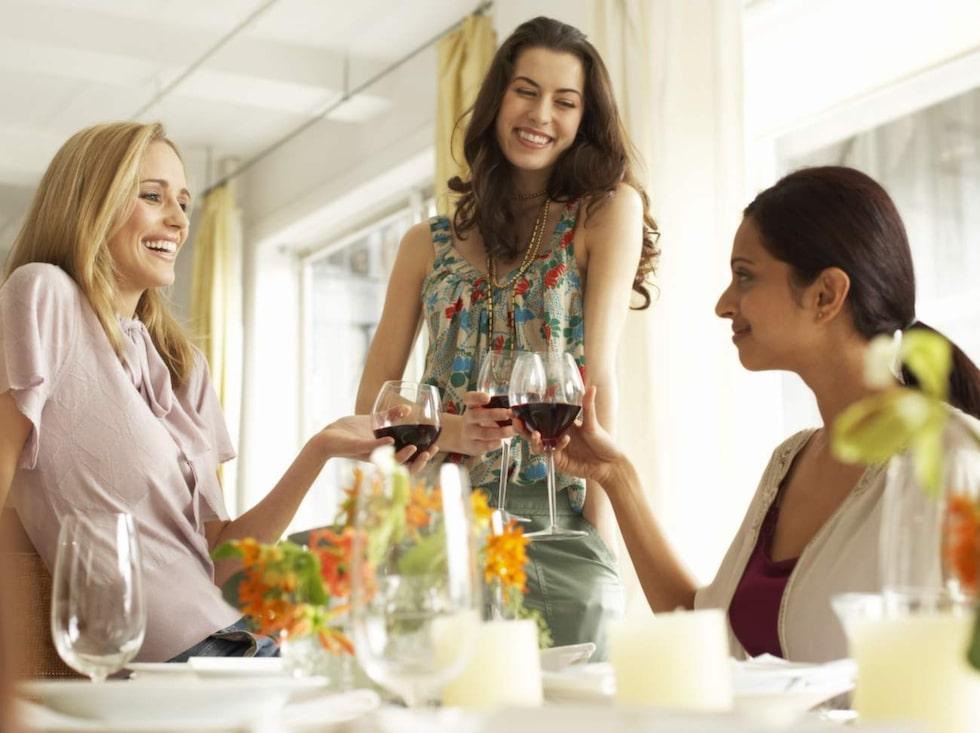 Många trivs bättre i sällskap av några få nära vänner än på en fest med okända.