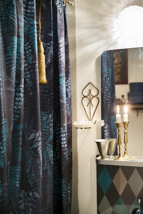Det vore inte Malin om hon inte satt en tofs av guldglittrande pärlor på duschdraperiet. Draperi från H&M Home.