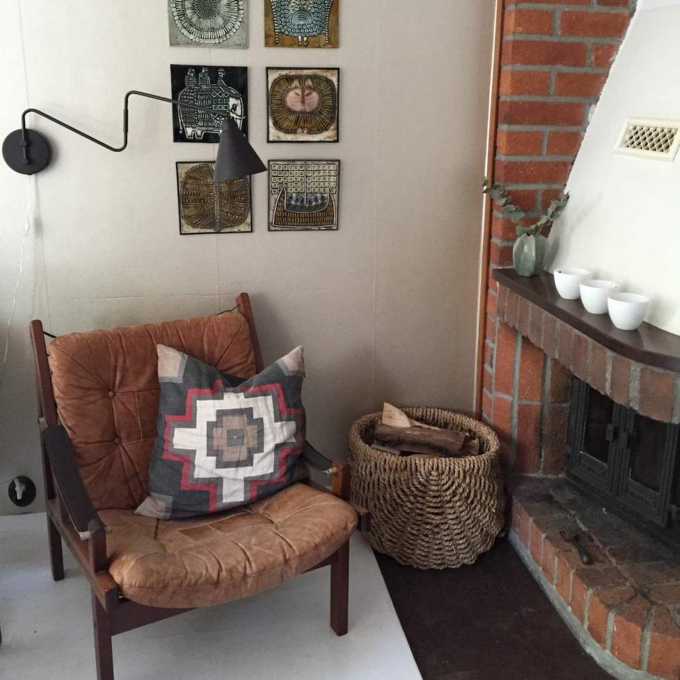 Den ärvda skinnfåtöljen från svärmor och Lisa Larsson-tavlor i Marias favorithörn hemma.