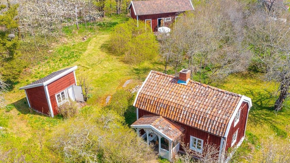 Det lilla huset sägs vara det första huset på tomten och troligen rest tidigt 1700-tal. I dag är det en gäststuga.