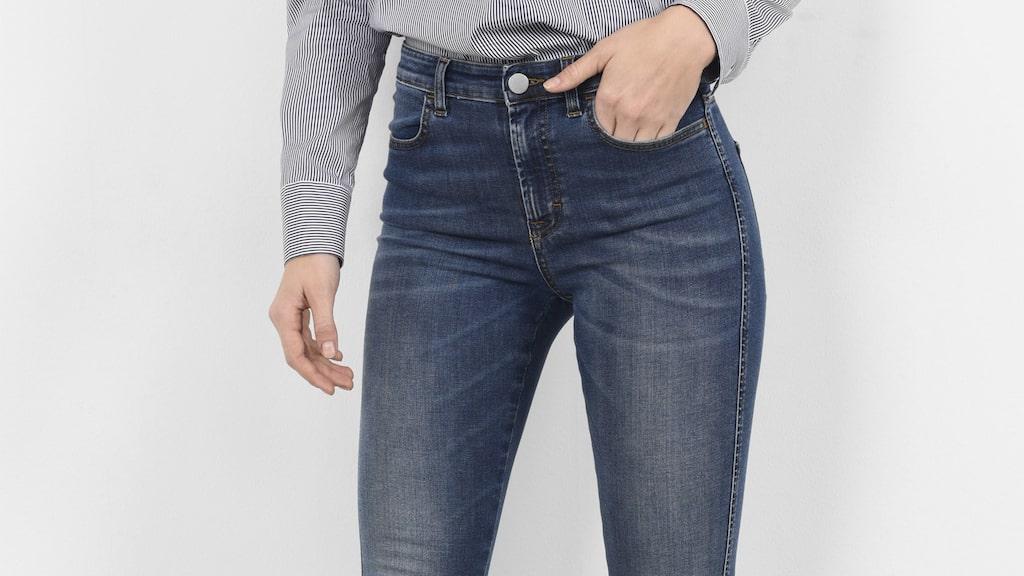 Mycket stretch.  Jeans i femficksmodell från Filippa K. Smal modell med hög midja och slimmade ben. Mycket stretch. 1 300 kronor, MQ.