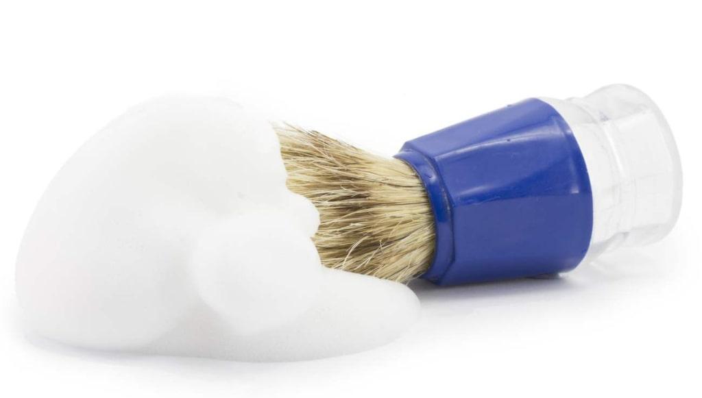 Raklödder är inte bara bra mot oönskad hårväxt. Foundationfläckar är också fiender till det vita fluffiga löddret.