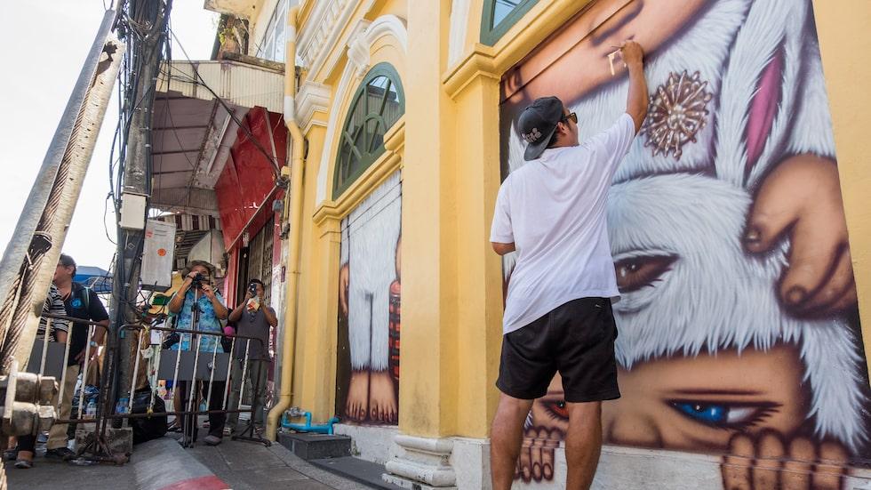 Graffitikonstnären Alex Faces verk går att beskåda på Soi Romanee.