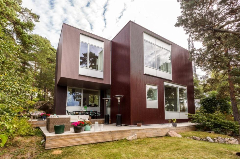 Villan byggdes 2010 och ligger i Sollentuna norr om Stockholm.