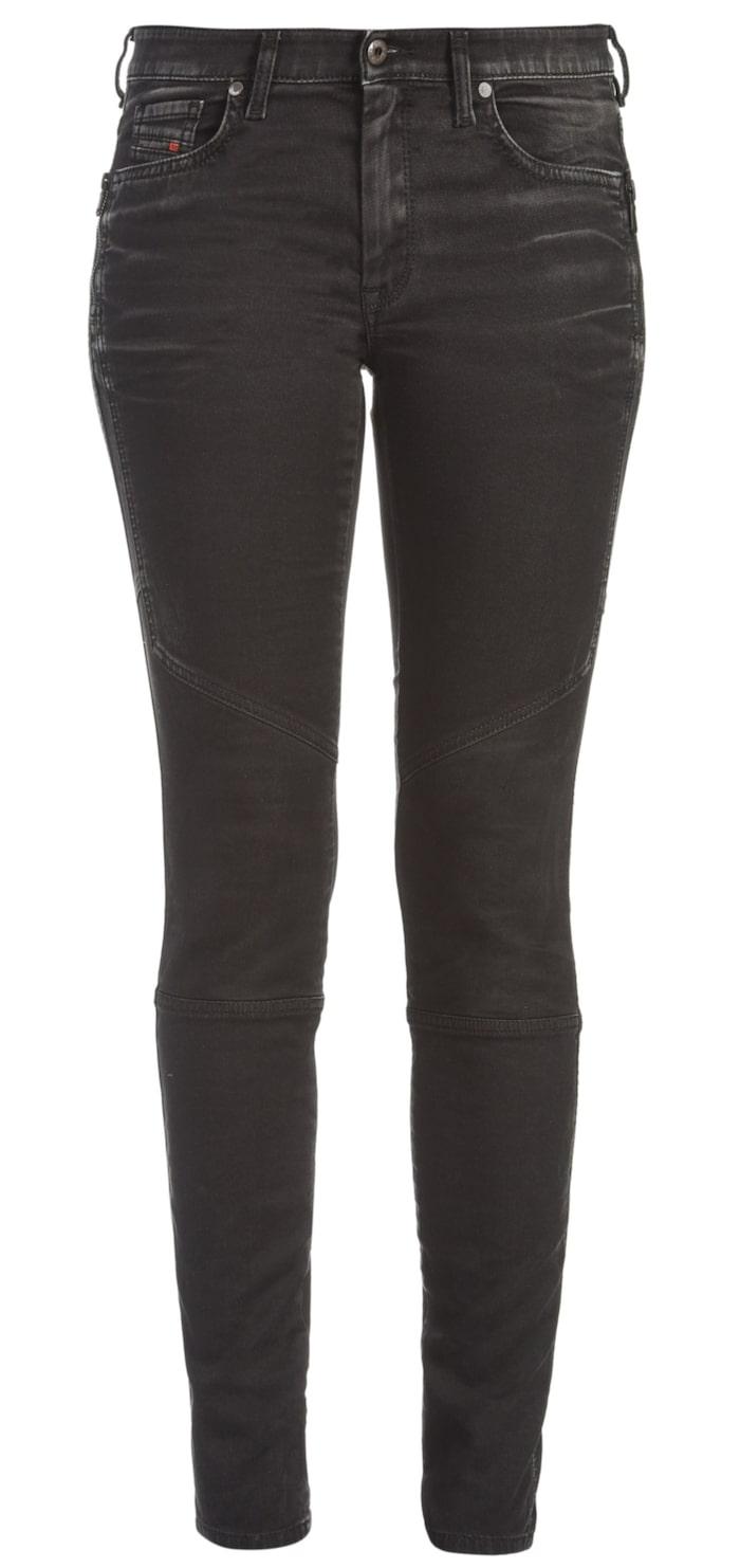 Doris joggjeans, Diesel, Ca 2450 krRiktigt slimmade jeans som sitter som en smäck tack vare tt extra stretchigt material. Normalhög midja och mörk färg som ger snygga kurvor.