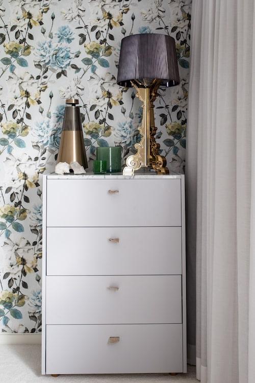 Annas sovrum är tapetserat med en blommig tapet från Designers Guild.