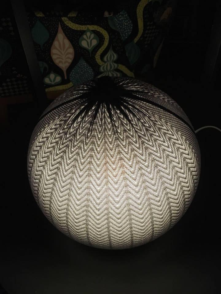 Tänk att en trasig strumpbyxa kan göra en lampa så snygg!