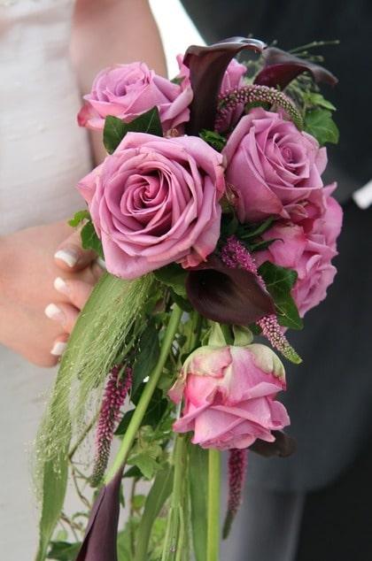 TON I TON. Cerisa rosor och svarta callor utgör stommen till denna droppformade bukett. Gräs och blad ger den mjuka böljande former.