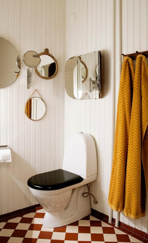 Vid renoveringen av badrummet byttes plastmattan från 1980-talet ut mot klinker. Klinker, Byggfabriken. Handdukar och små speglar, H&M Home. Stor rund spegel, House Doctor. Spegel ovanför toaletten från Tradera.