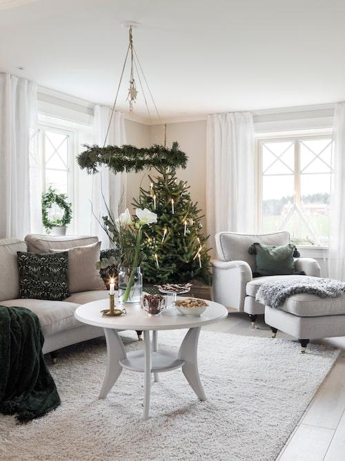 """Kransar gör mycket för julkänslan. """"Jag älskar kransar och tycker att det är en härlig stund att göra dem och sedan kunna dekorera med dem."""""""