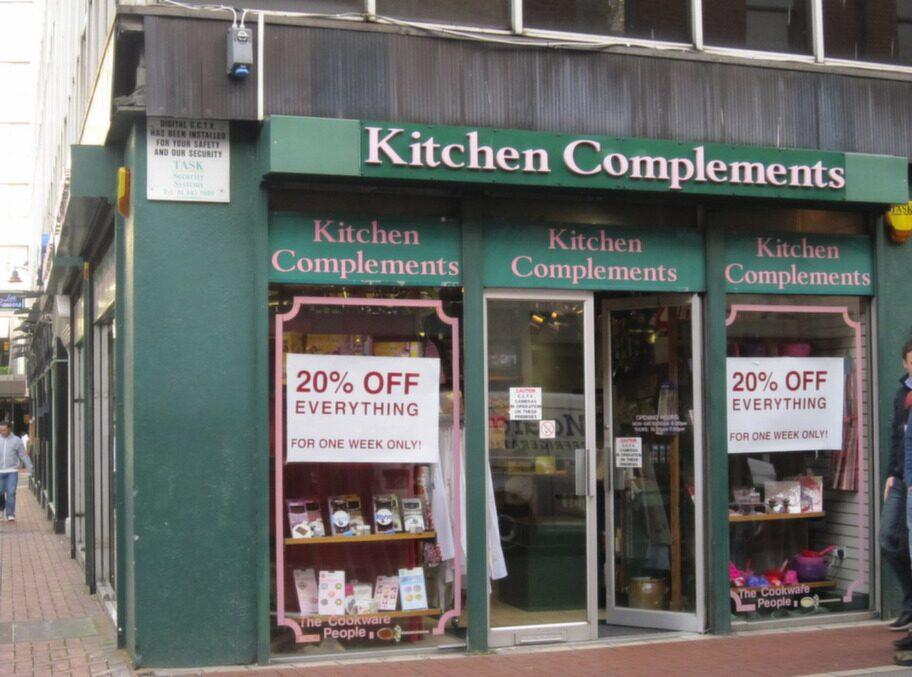 KITCHEN COMPLEMENTS<br><strong>Allt för ditt kök</strong><br>Om du gillar att baka eller har en svaghet för välgjorda dekorationer och redskap, rekommenderas starkt denna butik. Som namnet antyder består den av köks- och baktillbehör. Här finns massor av bakformar och cupcakeredskap som inte är så lätta att hitta i svenska butiker.<br><em>Chatham house, Chatham street, kitchencomplements.ie</em>