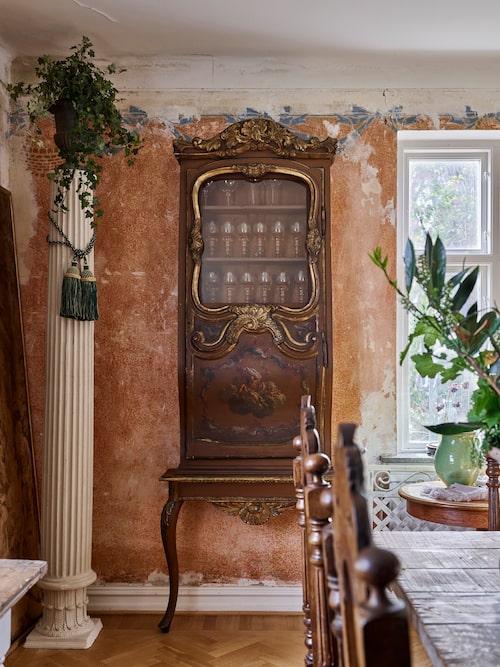 Det speciella skåpet är tillverkat på 1800-talet. Det syns att dörren består av dörren från en hästdroska från 1700-talet. Skåpet har en tvilling i huset, och de båda skåpen går under namnet Champagneskåpen hemma hos Karl Fredrik och Petter.