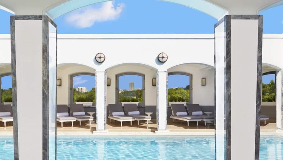 The Berkeley, London, Storbritannien. Endast en handfull hotell i London kan skryta med en takpool. När vädret tillåter kan man njuta sol och bad under bar himmel.
