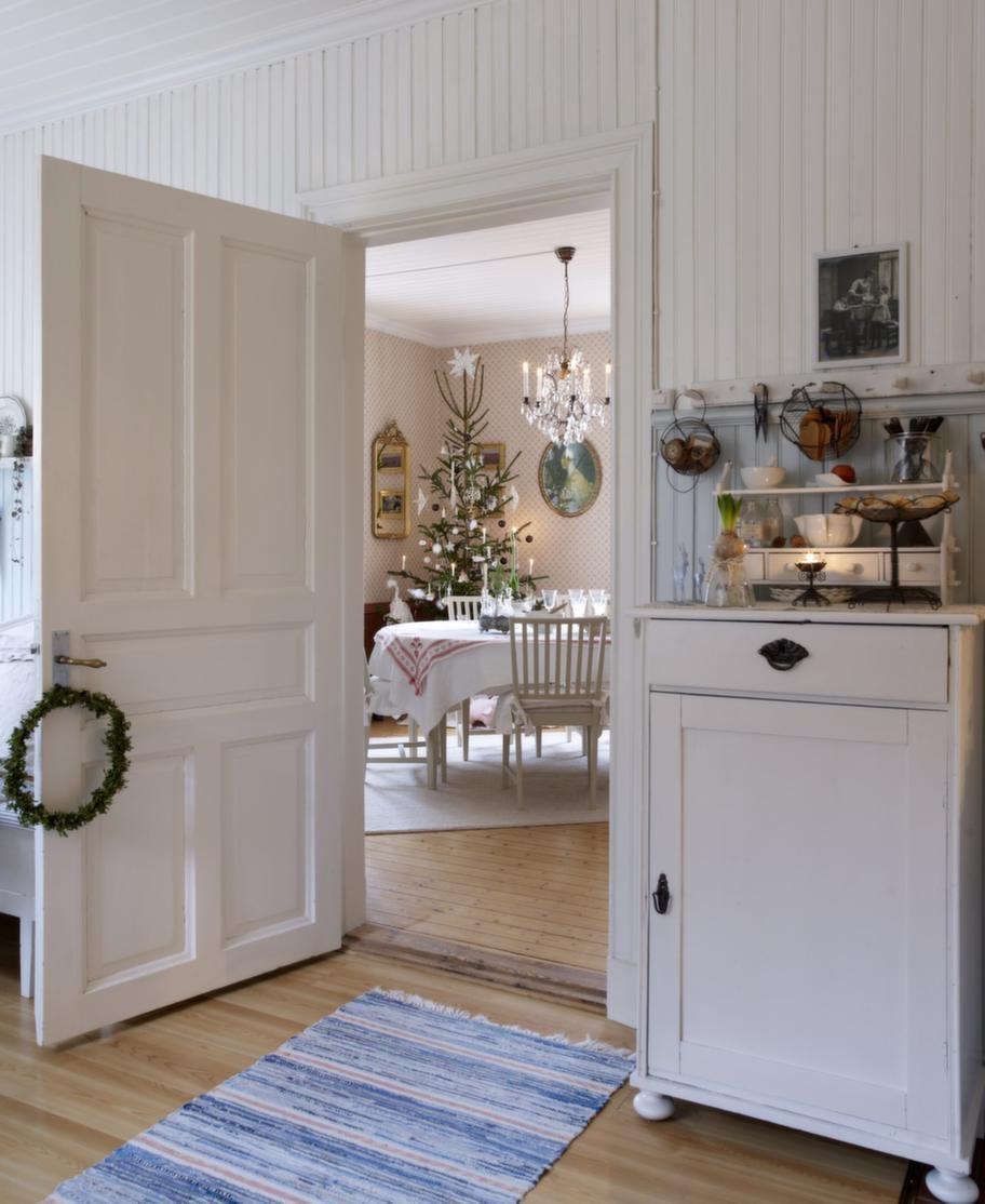 STÄMNINGSFULLTIntill köket ligger matsalen och blickfånget genom dörrposten skapar julmagi.