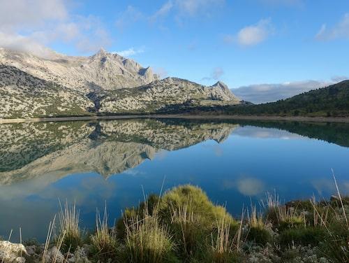 Mallorcas högsta berg, Puig Major (med kupolen), speglar sig i Cuberdammen.
