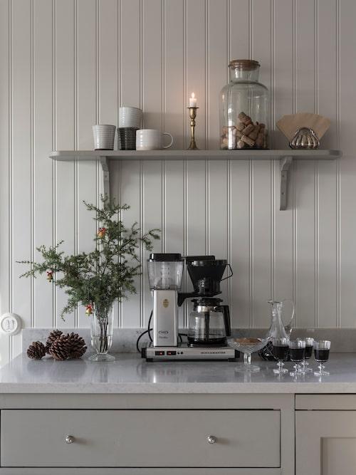 Sarah har målat hela köket i kulören Varmgrå från Jotun. Bänkskivan är en tålig kompositsten från Caesarstone.