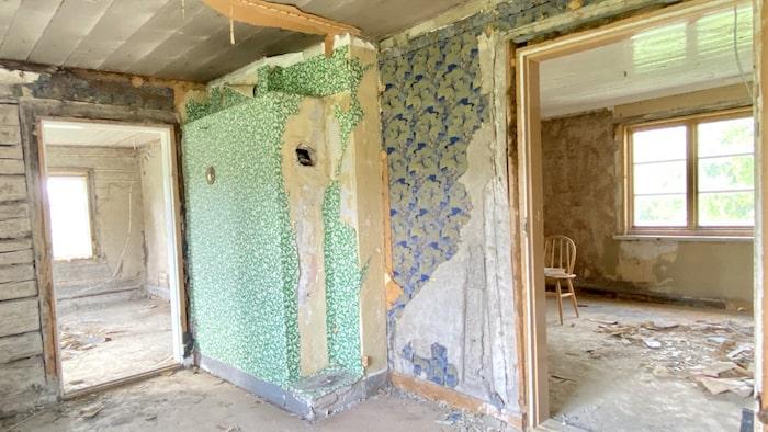 """I bostadsannonsen skriver mäklaren: """"Du som gillar att renovera med ett nytt laminatgolv och lite nya fräscha tapeter ska överhuvudtaget inte komma hit. Här utlovas ett renoveringsobjekt utöver det vanliga där det tunga artilleriet måste fram!"""""""