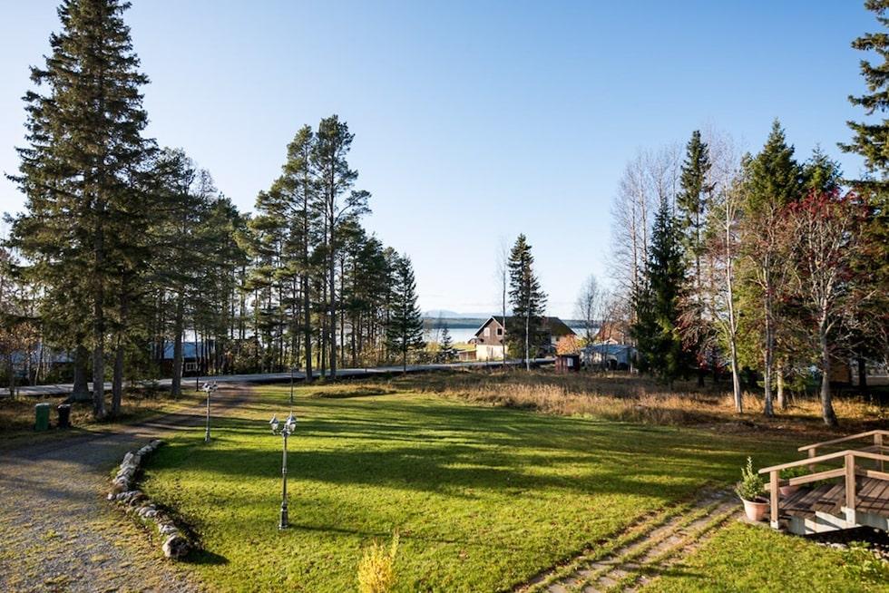 Tomten är en insynsskyddad trädgård med sjöutsikt på 3 370 kvadratmeter.