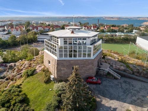 Gamla vattentornet i Lysekil är till salu.