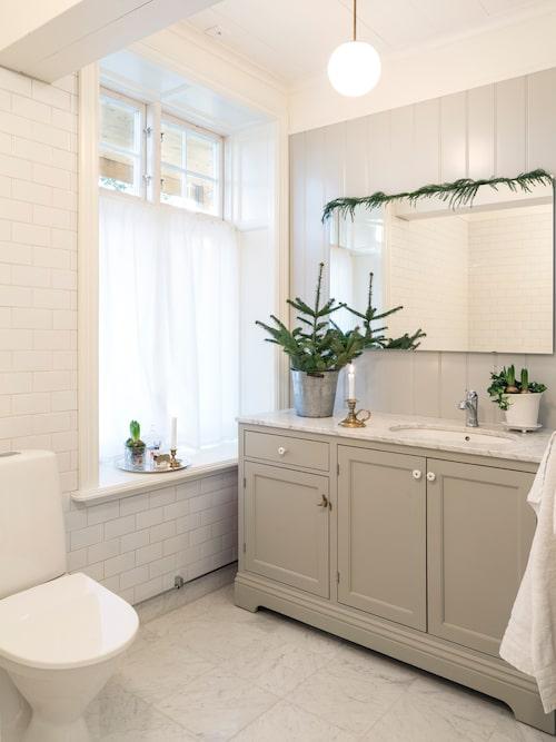 Linda och Mikael har ritat kommoden som står i badrummet och sedan har ett snickeri byggt den. Handdukar, Hemtex.