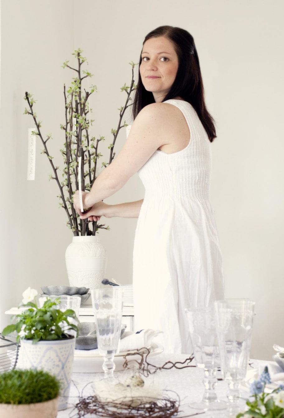 Fina knoppar. Ta in våren i ditt hem med hjälp av knoppande äppelgrenar och sätt i en vacker vas. Bland grenarna hänger fina ord från Ylva Skarp, CE Inne & ute. Vasen är från Madame Stoltz, CE Inne & ute.