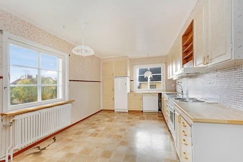 Köket i 40-talsvillan som säljs för 30 000 kronor.