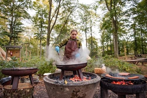 Värdinnan och guiden Linn steker pytt i panna till middag på Camp Oak.