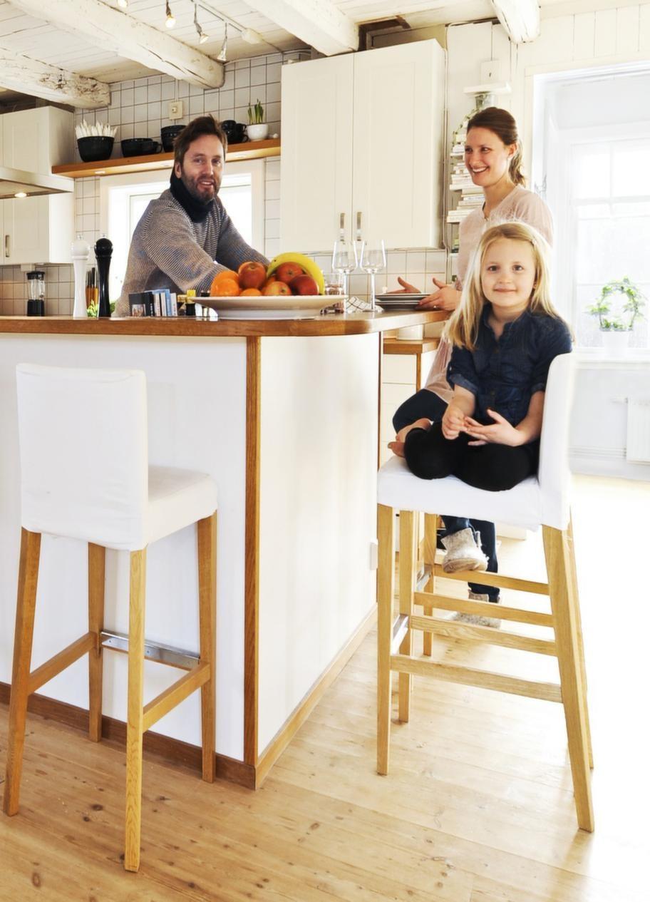 FavoritdelKarl och Erika med dottern Elsa. Kökets bardel är en uppskattad umgängesplats. Barstolar från Ikea. Spotlights på skena ger bra ljus.