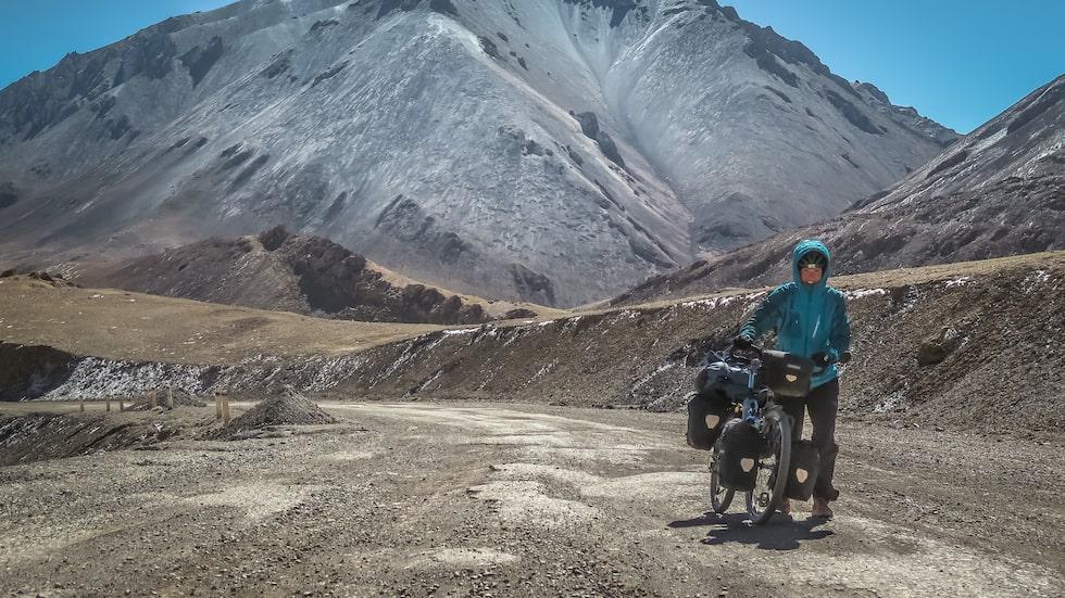 Hon har cyklat genom bergen i Tibet och korsat öknar – på cykeln.
