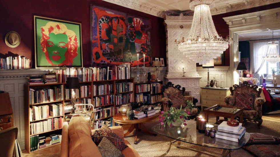 Mysrummet. I det här rummet sitter Birgitte gärna i en av fåtöljerna och läser en bok eller spelar schack med barnen. De originella fåtöljerna, som är italienska, är köpta i en antikaffär. Den stora tavlan bredvid kakelugnen har Birgitte gjort.
