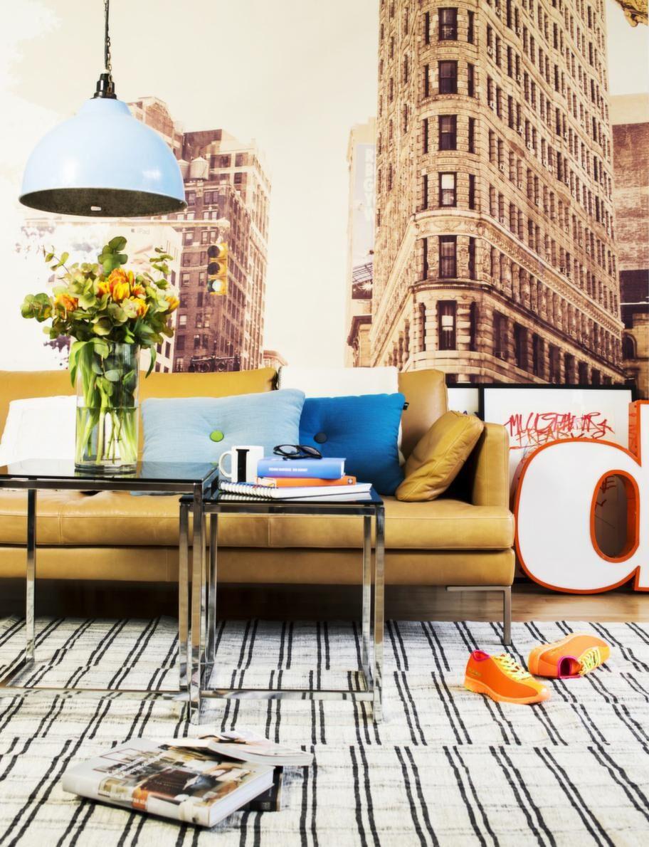 En fototapet med Flatiron building, ett av New Yorks mest berömda hus,  skapar karaktär. En soffa i läder och vintagebord ger retrokänsla liksom  ruffa stolar i plåt. Och grafisk konst och sportiga detaljer ger den  rätta storstadskänslan!Fototapet Flatiron, 315 kronor per kvadratmeter, Björklund & Wingqvist. Soffa Istra, från 13 190 kronor, BoConcept. Blå kuddar, 749 kronor styck, Illums bolighus. Vit pläd, 549 kronor, Granit. Blå taklampa, 1 400 kronor, Evensen antik. Satsbord, 800 kronor, Deco design.