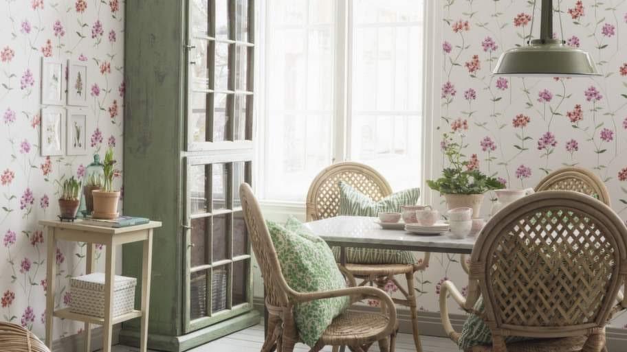 5 Variera med tapetGenerellt brukar man säga att mörka färger gör köket mer ombonat och ljusa färger ger mer rymd. Om du väljer ett vitt kök, våga satsa på lite mer färg eller mönster på väggarna. En tapet eller en målad vägg är betydligt enklare att göra om, jämfört med en köksinredning. Tapet Garden party från Boråstapeter.