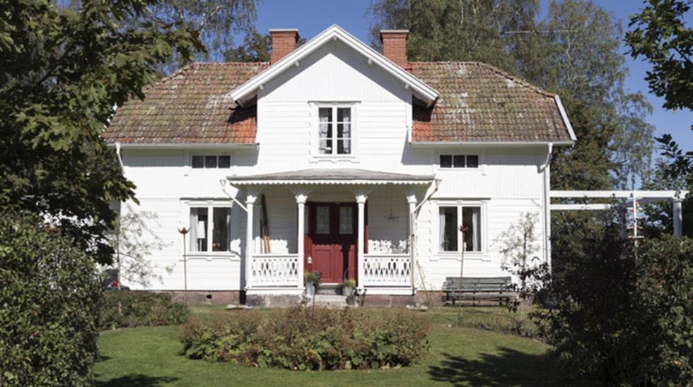 Vackert hus. Till 1800-talsgården hör även en ladugård och ett uthus med tillhörande mark på 2,6 hektar.