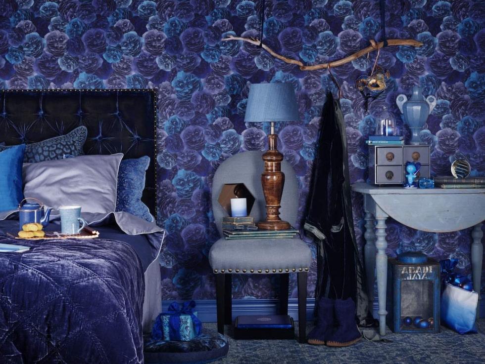 Blå toner. Överkast i silkessammet, finns i tre storlekar, från 3 950 kronor, matchande kuddar, från 399 kronor, Selected Stockholm. Mönstrad tapet Eden från Decor Maison.