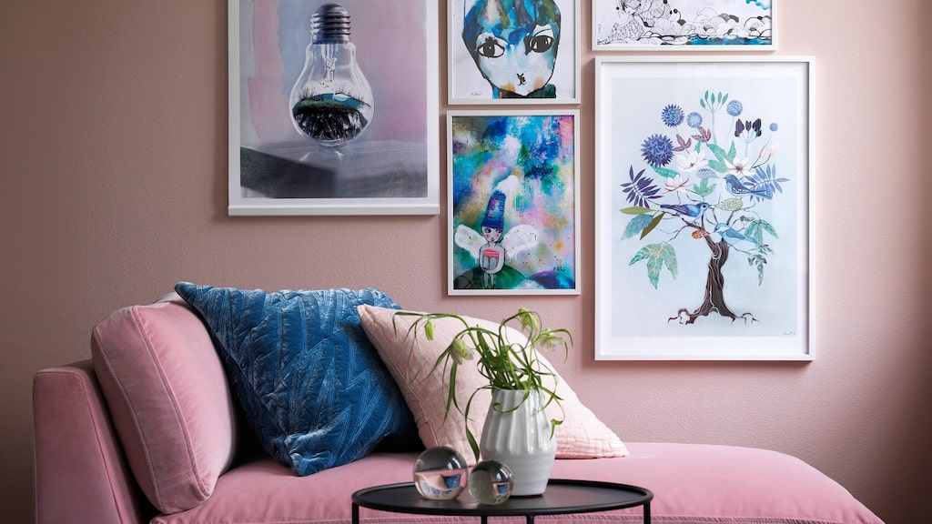 Ett klassiskt och vanligt misstag är att hänga tavlor och hyllor för högt. Särskilt vanligt är det i barnrum. Sänk väggprydnaderna!