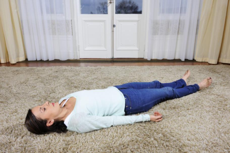 """<strong>Mindfulnessövning:</strong><br><strong>Kroppsscanning</strong><br><strong>Gör så här:</strong><br>Lägg dig bekvämt på en matta eller en säng. Börja med att känna din andning och ta ett par medvetna andetag. Rikta nu hela din uppmärksamhet mot fötterna. Undersök alla förnimmelser, kontakten mot underlaget, mot strumpan, skon. Vandra sedan med uppmärksamheten långsamt och metodiskt, kroppsdel för kroppsdel ända tills du kommer upp till huvudet. Om du känner smärta eller spänning någonstans, prova att andas in genom näsan och ut genom smärtan/spänningen. Fortsätt ett par andetag innan du fortsätter din resa genom kroppen. Avsluta med några djupa andetag innan du öppnar ögonen. Du kan göra övningen 5-45 minuter och det går bra att göra den liggande, sittande och stående. <br><strong>Effekt:</strong> <br>Hjälper dig observera, beskriva och acceptera smärtan utan att identifiera dig med den. Genom kroppsscanningen möter du smärtan i stället för att försöka undkomma den. Du märker då att din reaktion (motstånd mot smärtan) många gånger gör situationen värre än vad den behöver vara. Utan din reaktion är det """" bara"""" smärtan kvar. Faktorer som minskar smärta är kunskap om smärta, avspänning och att vi ändrar vår livsstil så att den är anpassad till smärtan och vi inte gör mer än vi borde göra. Kroppsscanningen hjälper dig att lyssna till din kropp."""