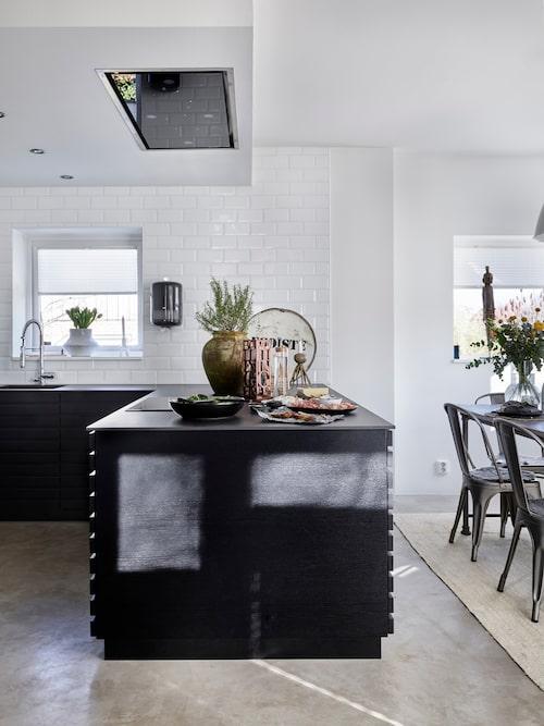 Patricija och Nenad har inrett köket i minimalistisk stil och har valt vita överskåp för att de smälter in i den vita kaklade väggen och på så vis inte stjäl rymden och ljuset som svarta skåp skulle ha gjort.