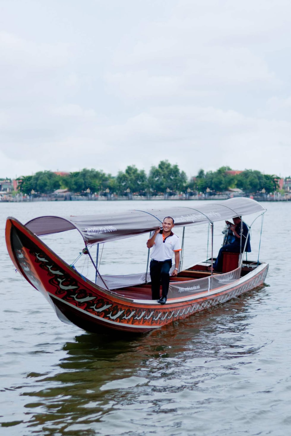 En flodbåtsfärd hem mot hotellet i den sena Bangkok-kvällen  är en upplevelse.