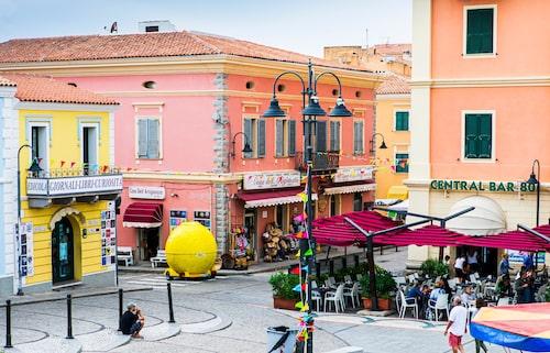 Santa Teresa di Gallura med vackra pastellfärgade hus vid torget.
