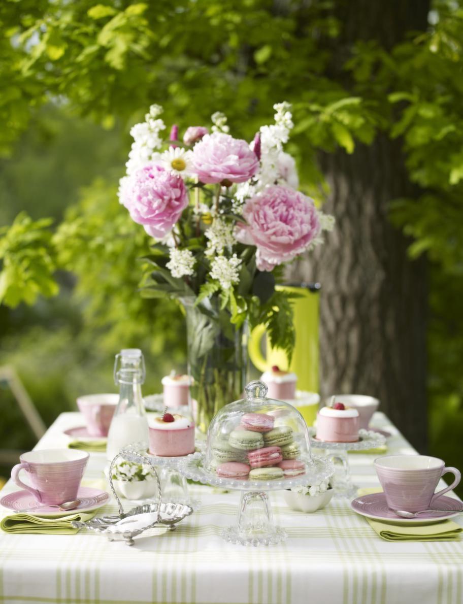En närmare titt på bordet.Duk, 100 procent bomull, 150 x 250 centimeter, 599 kronor, servett, 45 x 45 centimeter, 100 procent bomull, 179 kronor/4-pack, Linum. Rosa kopp, 95 kronor, rosa fat, 75 kronor, små blomformade rosa skålar med blomma i, 49 kronor, allt från Bruka. Glas assietter på fot, 69 kronor, tårtfat på fot, 99 kronor, glasflaska med mjölk, 35 kronor, allt från Lagerhaus. Glaskupa över tårtfatet, 49 kronor, Drömhuset. Mjölkflaska, Lagerhaus. Steltontermos i limegrönt, 599 kronor, Nordiska Galleriet. Glasvas, 259 kronor, Drömhuset. Silverkaffeskedar och silverskål med socker, privata.