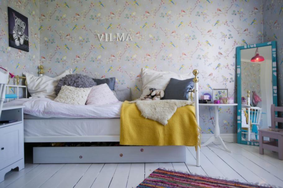Blommigt<br>Dottern Vilmas rum är klätt med tapet från Pip studio tapet. Spegeln har familjen gjort av ett gammalt fönster från vinden, Vilma har själv målat den.