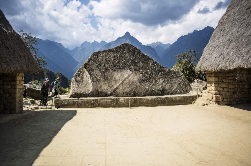 En helig sten avbildad efter de omkringliggande bergen.